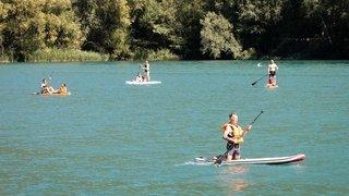 Le paddle envahit les plans d'eau valaisans. On fait le point sur la sécurité et cohabitation avec les baigneurs