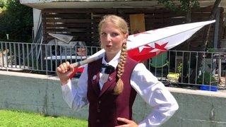 Chermignon: à 15 ans, Isaline Wyssenbach est la plus jeune lanceuse de drapeau de Suisse