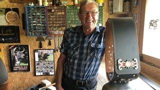 Il fabrique des courroies de cloches de vaches dans son atelier de Reppaz