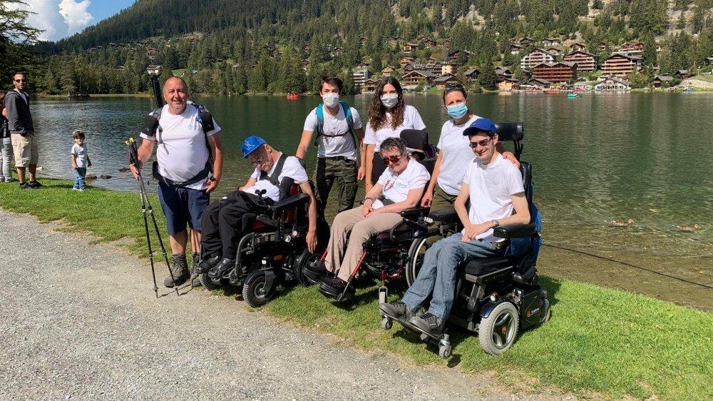 Pascal Secchi, tout à gauche, a été accueilli par les membres de Cerebral Valais et sa famille à Champex-Lac samedi après-midi.