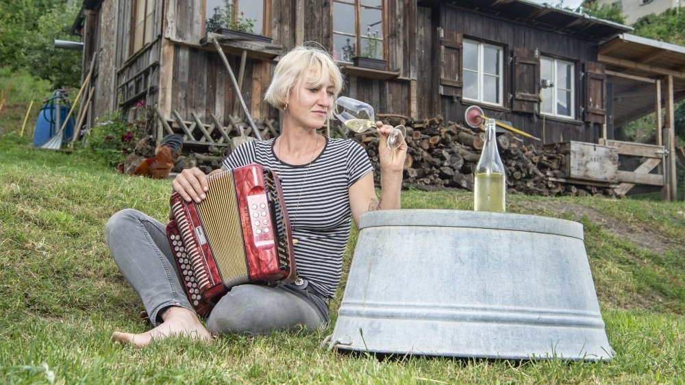«Je fais ce qui me plaît et je dis ce que je pense», Ilona Thétaz la rebelle donne des noms patois à ses vins, «c'est comme tirer son chapeau en signe de respect à la tradition.» Tatouages et capsules, la vigneronne marie les genres et les modes.