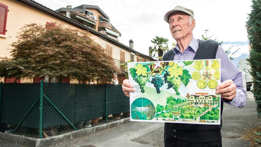 Bernard Bugna tient une représentation de la villa de Saint-Maurice, dans le quartier où elle s'élevait autrefois.