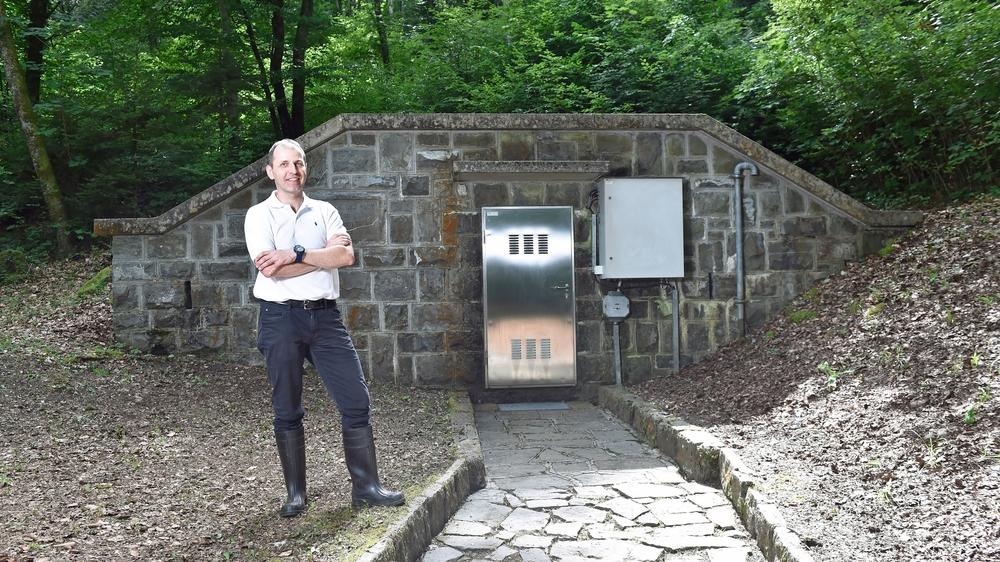 Olivier Paschoud présente la source supérieure du Bouveret: 5900 litres par minute en moyenne.
