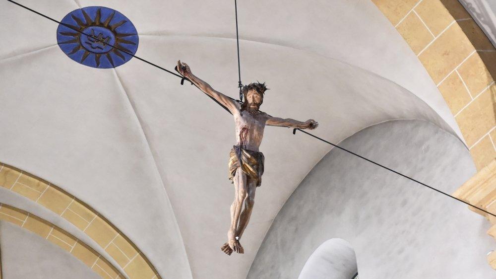 Depuis quelques semaines, le fameux crucifix de Boular est suspendu, entre ciel et terre, dans le chœur de l'Eglise paroissiale de Martigny-Ville.