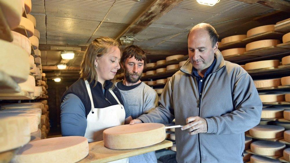 """Eric Masseraz évalue les meules fabriquées avec passion et compétence par Frédéric Grialou et Martina Cervenka. """"Ils ont fait du très bon travail et méritent leur diplôme."""""""