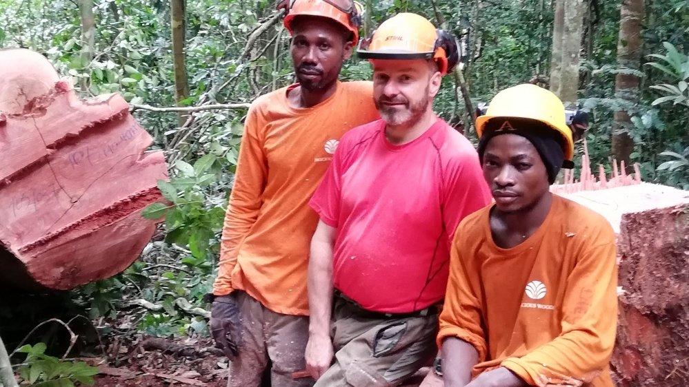 Vincent Monnet, ici avec des abatteurs du camp de Bambidie, est très bien intégré et apprécie beaucoup sa vie au Gabon.