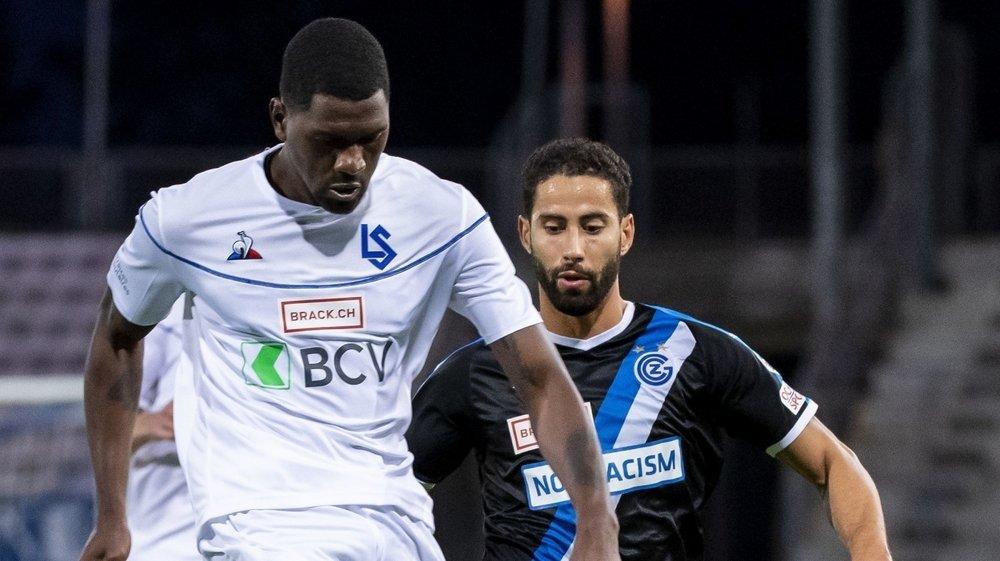 Elton Monteiro s'interpose devant Nassim Ben Khalifa lors du match Lausanne – Grasshoper du 17juillet 2020