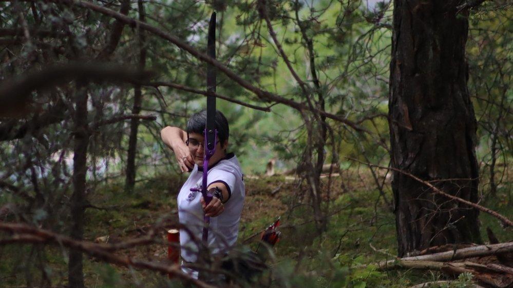 Morgane Lorétan ajuste une cible dans la forêt des Agettes.