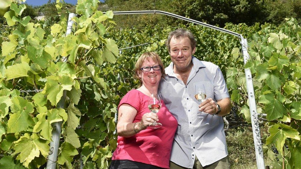 Véronyc et Philippe Mettaz, un couple de vignerons-encaveurs heureux.