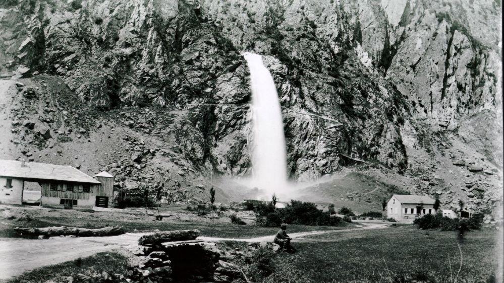 La Pissevache en 1885, avec à son pied le moulin désaffecté de Joseph Pache.