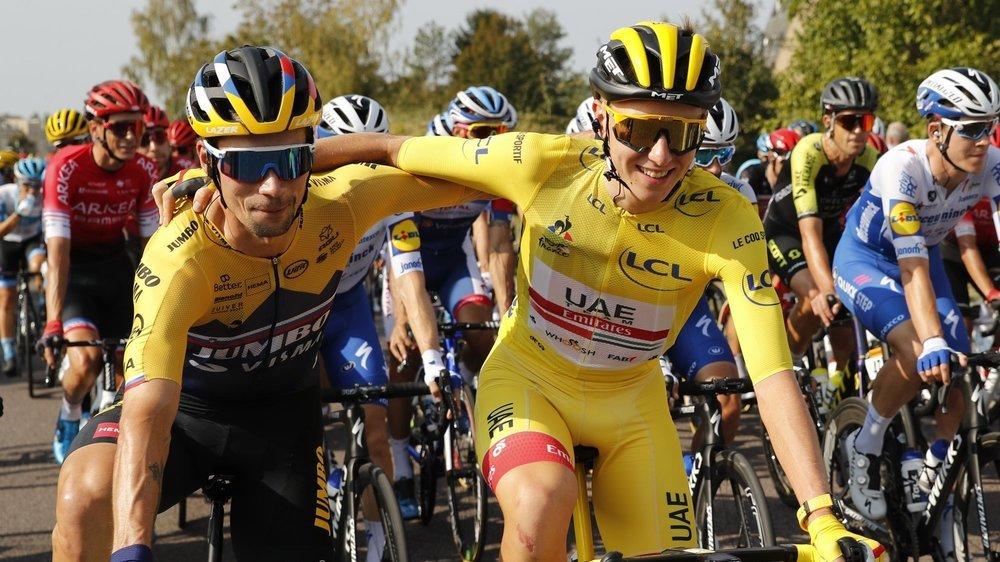 Primoz Roglic (à gauche) félicite son compatriote Tadej Pogacar, vainqueur du Tour.