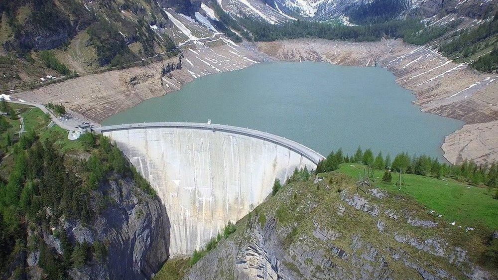 Le barrage du Rawyl a été mis en service en 1957. Il est sur les communes d'Icogne et d'Ayent et on y accède depuis cette dernière.