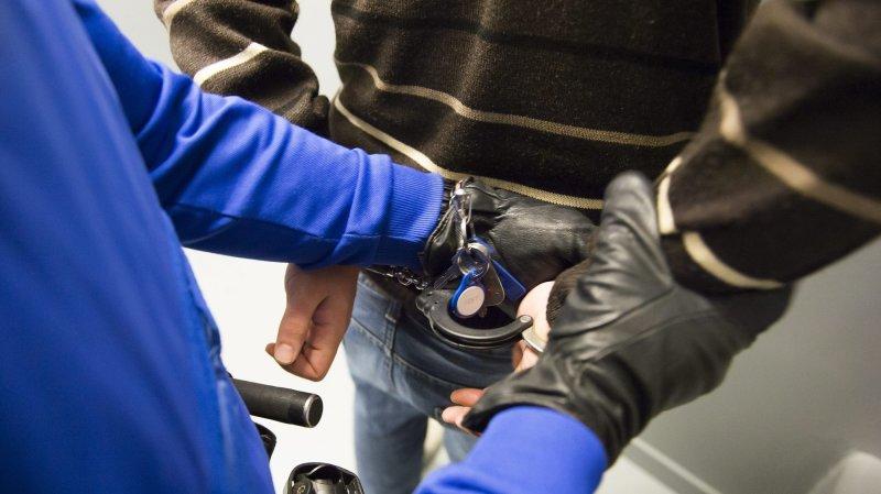 Deux «faux policiers» originaires de Suisse alémanique ont été arrêtés à Viège pour fraude par téléphone.