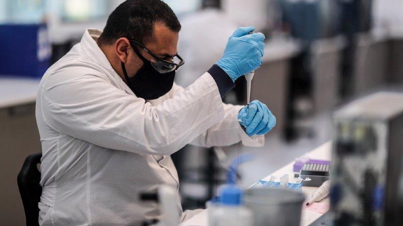 Coronavirus: les laboratoires rejettent les accusations de lenteur