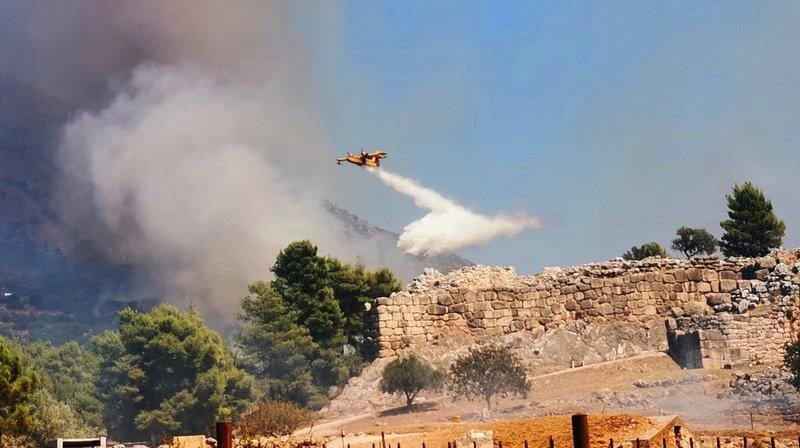 La Grèce est confrontée tous les étés à de violents feux de forêts, attisés par la sécheresse, la chaleur et les vents.