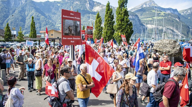 Les protestataires ont marché de la gare de Flüelen jusqu'au monument Guillaume Tell à Altdorf.