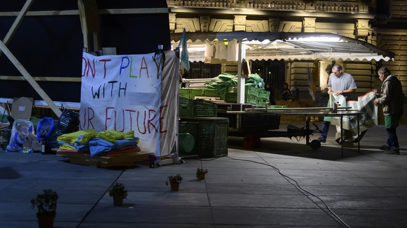 Place fédérale occupée: les manifestants font de la place pour le marché