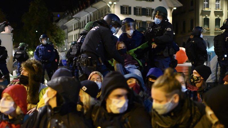 La police évacue des manifestants qui campent sur la Place fédérale.