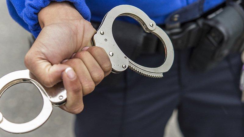 Un homme tire avec son fusil de chasse et est interpellé par la police (image symbolique).