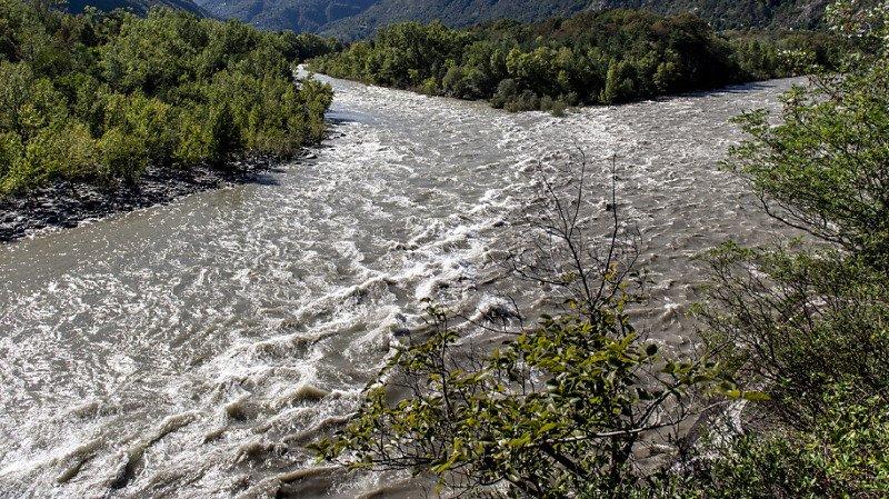 Si la rivière Maggia au Tessin a toujours un débit élevé, la situation s'est largement calmée lundi matin.