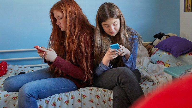 Les filles cherchent plus souvent à fuir des sentiments négatifs sur les réseaux (33,3%) que les garçons (22,7%), indique l'enquête nationale menée en 2018 par Addiction Suisse.