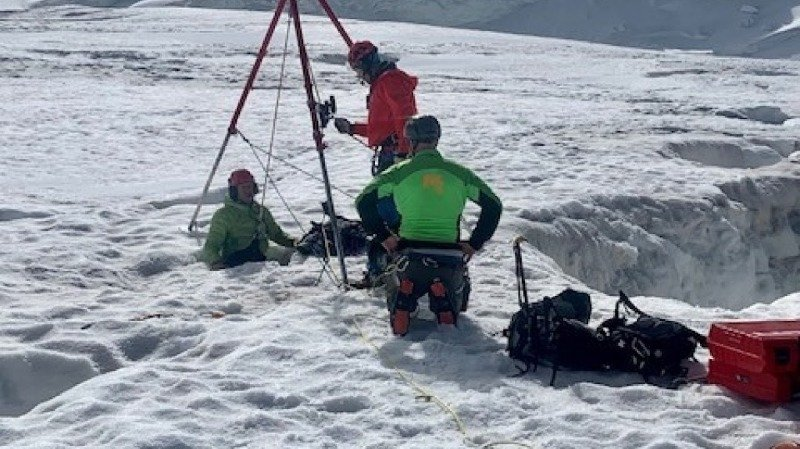 Accident de montagne: une touriste russe survit deux jours dans une crevasse