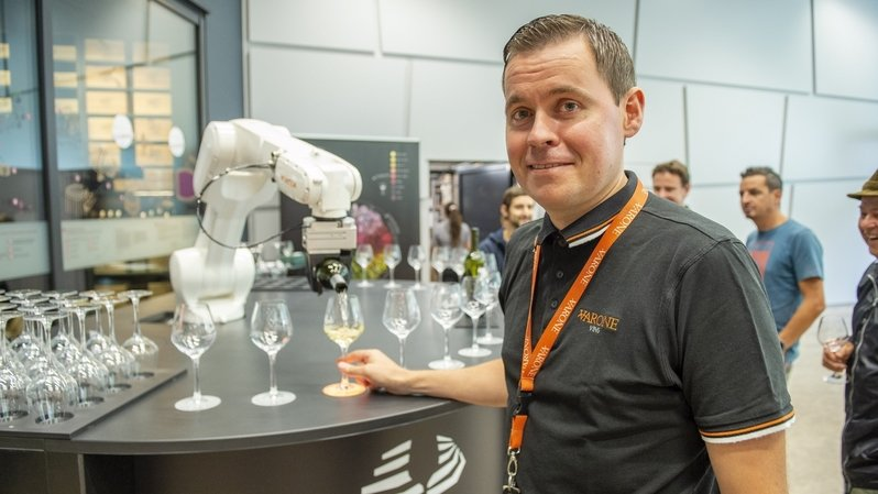 Caves ouvertes: un robot lève le coude aux Celliers de Sion