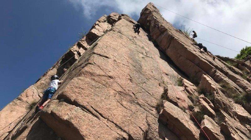 Les 12 et 27 septembre, les jeunes de tous niveaux pourront découvrir l'escalade, encadrés par des guides de montagne. Mais le programme jeunesse du club alpin propose aussi du ski de randonnée et des courses d'alpinisme facile.