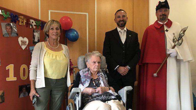 Monique Clément a fêté ses 100 ans lundi en famille, en présence du conseiller d'Etat Frédéric Favre, de l'huissier Jeannot Varone et de la conseillère communale Heidi Emery, responsable des affaires sociales à Champéry