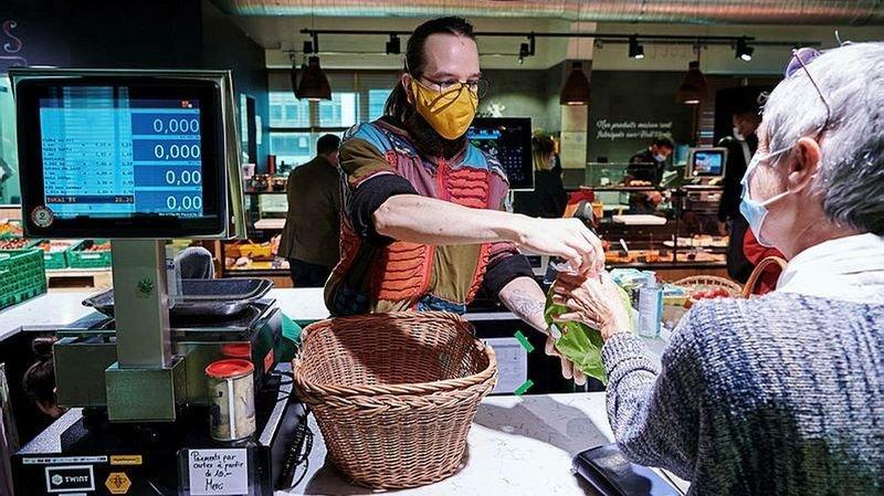 Le port du masque dans les magasins se généralise en Suisse romande. Le Valais s'y met aussi.
