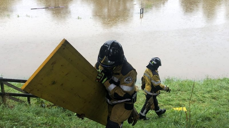 Les pompiers ont réduit le débit de l'eau grâce à des planches.