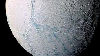 Espace: explorez la lune glacée de Saturne en 3D