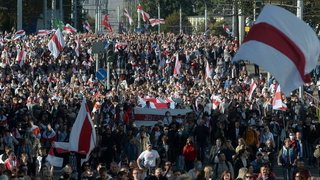 Biélorussie: dizaines de milliers de manifestants à Minsk