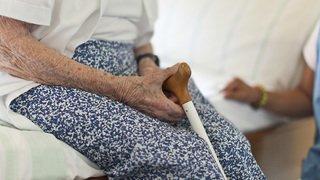 Jusqu'à 500'000 aînés victimes de violences chaque année en Suisse
